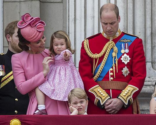 Mezitím ale byla na balkoně Buckinghamského paláce trochu nuda...