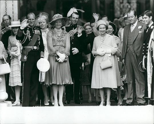 Rodina mávající novomanželům Diane a Charlesovi při odjezdu na líbánky. Frances Shand Kydd vepředu vedle prince Philipa