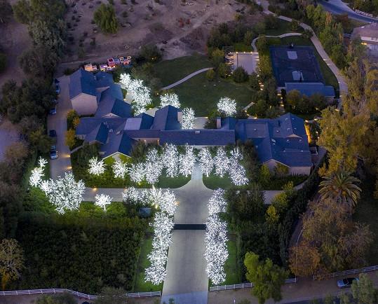 Kim a Kanye zvolili letos bílé osvětlení.