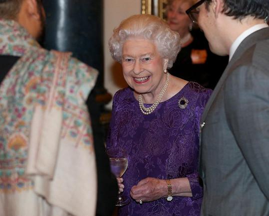 Královna Alžběta II. už opět obstarává společenské povinnosti na jedničku.
