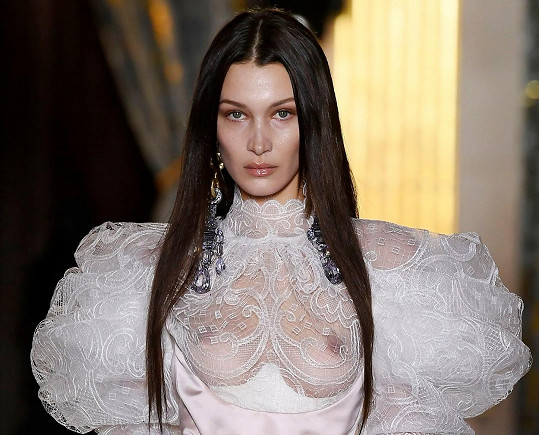 Překvapila v zajímavém modelu svatebních šatů od Vivienne Westwood.