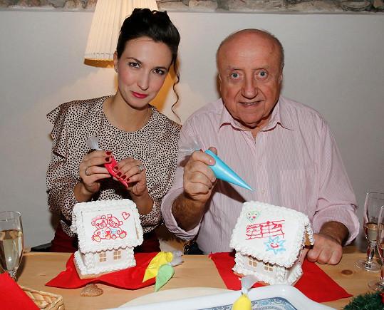 Felix Slováček s Lucií Gelemovou na zdobení perníkových chaloupek