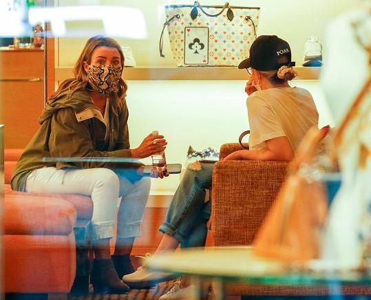 Navštívily mimo jiné butik značky Louis Vuitton.