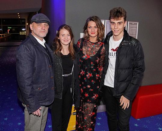 Hynek Čermák vyrazil do kina s mladou manželkou (druhá zprava), dcerou a jejím přítelem.