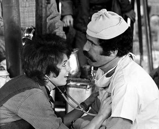 Elliott Gould ztvárnil ve snímku M*A*S*H postavu Trappera Johna McIntyra. V seriálu ho hrál Wayne Rogers.