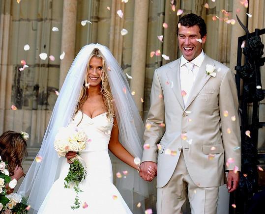 Nedvěd se poprvé ženil před šestnácti lety. Manželství s krásnou Veronikou Vařekovou vydrželo jen dva roky. Ani jeden z manželů se nechtěl vzdát své kariéry.