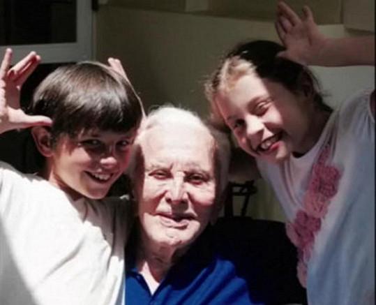 Kirk se svými vnoučaty Dylan a Carys