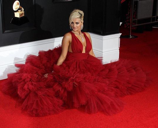"""Na Grammy ji pro změnu někteří návrháři nechtěli obléknout, protože je """"moc velká""""."""