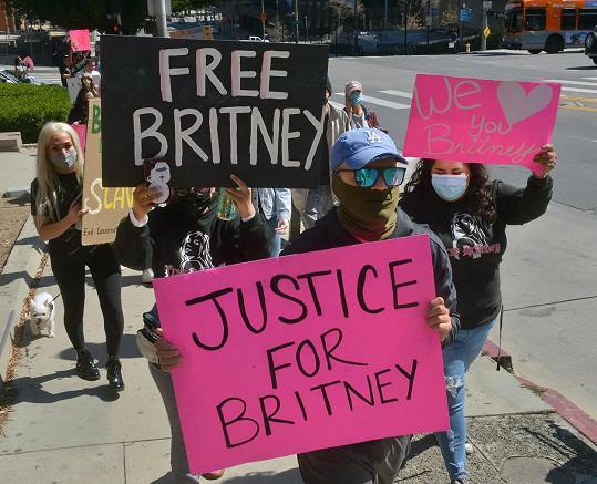 Fanoušci bojují za práva Britney při protestech.