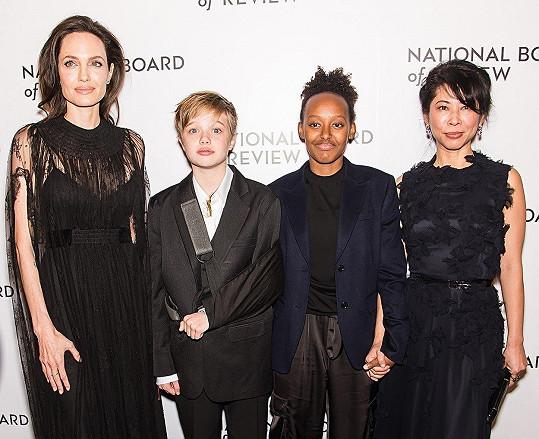 Angelina Jolie s dcerami Shiloh a Zaharou a aktivistkou Loung Ung