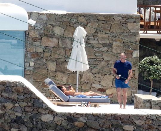 Sama? Sama...? jako by se ptal slavný anglický fotbalový útočník na kamenné verandě jejich hotelu.