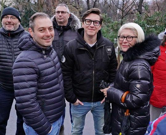 Starší syn Tomáš (vlevo) je fešák.
