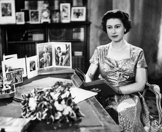 Královna Alžběta II. během živého vysílání v roce 1957
