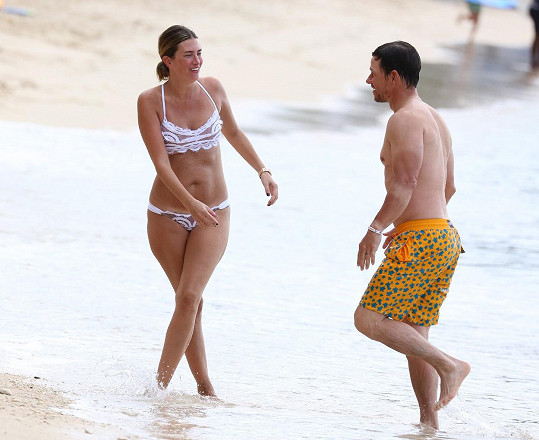Mark Wahlberg s manželkou Rheou, která mu porodila čtyři děti.