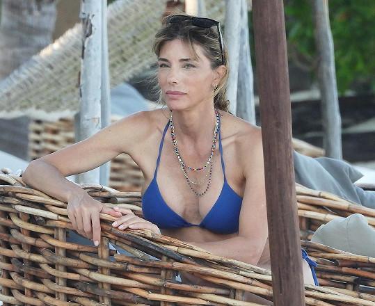 Jennifer Flavin relaxuje v Mexiku.