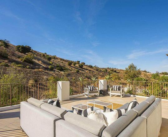 Samozřejmostí je terasa s výhledem do okolí.