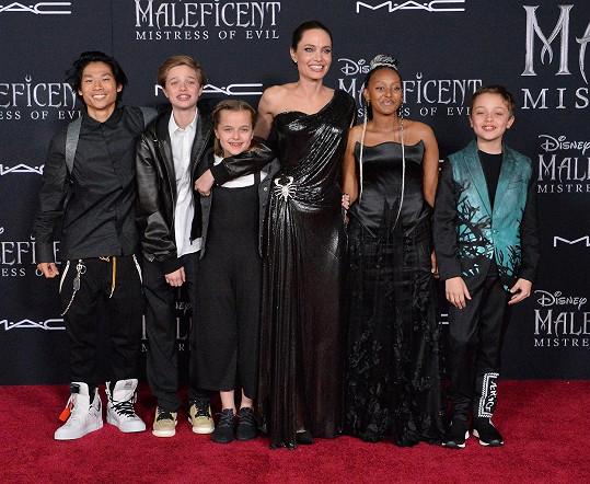 Angelina Jolie s dětmi, zleva: Pax, Shiloh, Vivienne, Zahara a Knox