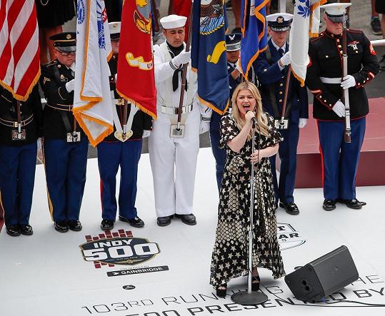 Všechno nakonec dobře dopadlo a Kelly zahájila závody státní hymnou.