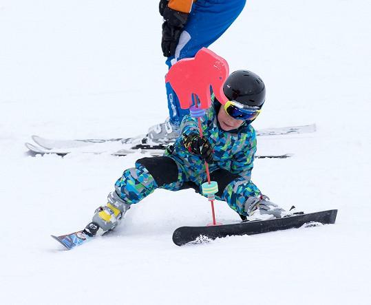 Kryšpín se učí lyžovat pod dohledem instruktorky.