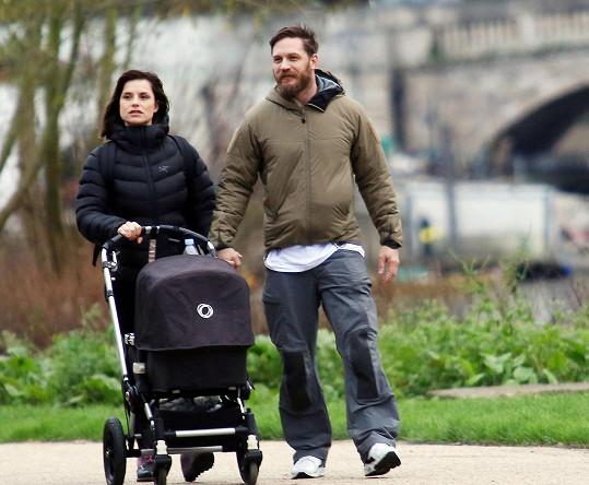 Tom Hardy s manželkou Charlotte vozili své nedávno narozené dítě.