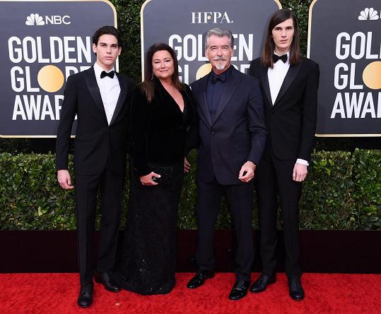 Pierce Brosnan s manželkou Keely a syny Dylanem a Paridem (vlevo)