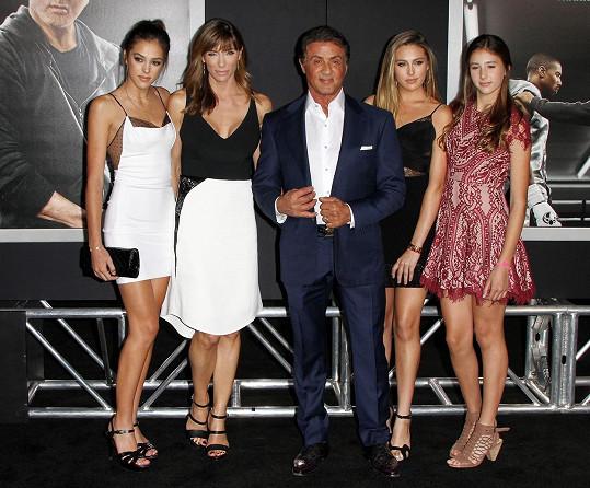 Sylvester na premiéru přivedl manželku Jennifer i dcery Sophii, Sistine a Scarlet.
