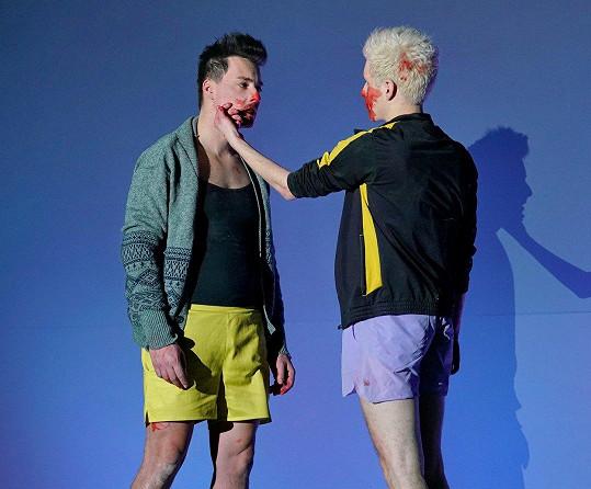 Matěj Stropnický (vlevo)a Daniel Krejčík spolu hrají zamilovanou dvojici prokletých básníků ve hře Úplné zatmění.