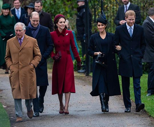 Meghan letos oslavila první Vánoce jako oficiální členka britské královské rodiny na panství Sandringham. Nechyběla proto ani na ranní vánoční mši. Na snímku zleva princové Charles a William, vévodkyně Kate a Meghan a princ Harry.