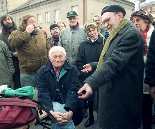 Sedící Bohumil Hrabal a vedle něj vpravo Egon Bondy