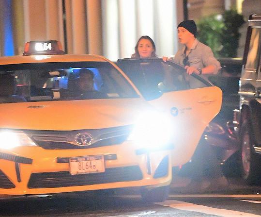Brooklyn v noci odchází z párty u známých a není sám. Tohle ale není jeho dívka Madison.