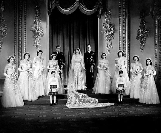 Byla také jednou z družiček na svatbě královny a prince Philipa. Na snímku druhá zleva