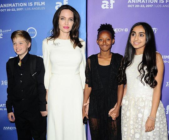 Angelina Jolie vzala na premiéru dcery Shiloh a Zaharu. Zapózovaly s herečkou Saarou Chaundry.