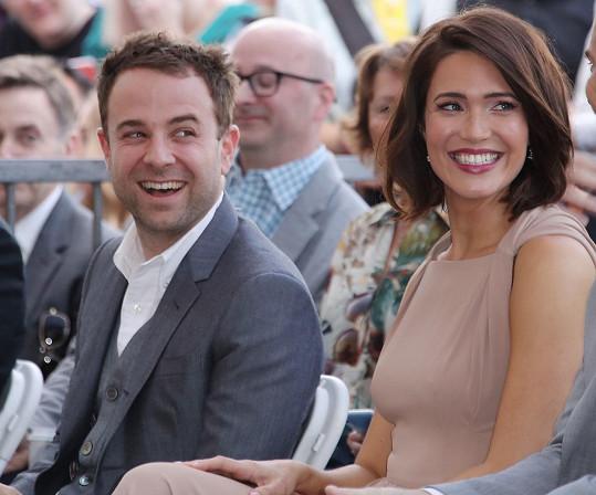 S manželem Taylorem Goldsmithem čeká chlapce.