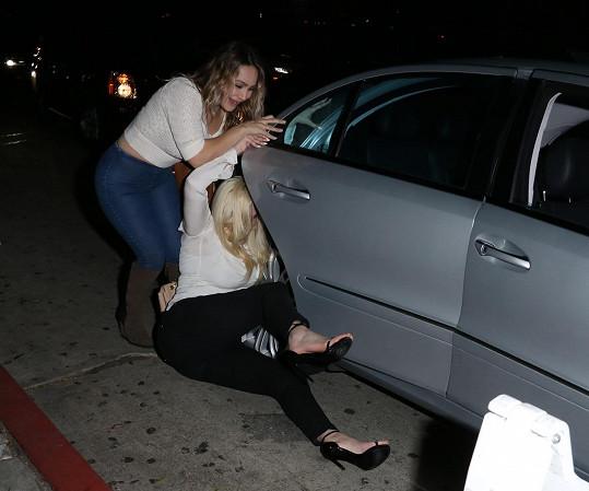 Cesta k taxíku pro ně představovala téměř nemožný úkol.