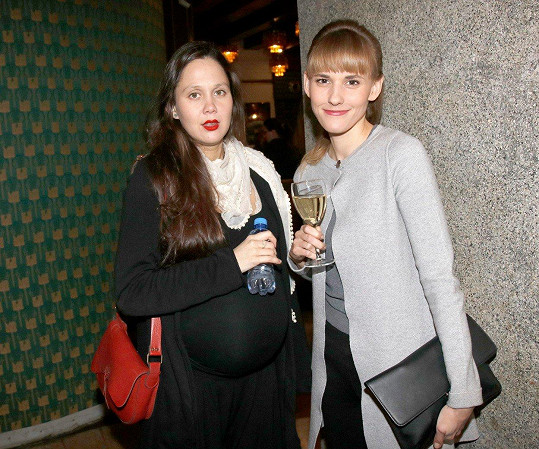 Tereza Rumlová (vlevo) byla mezi premiérovými hosty filmu Ženy v běhu. Na snímku s herečkou Šárkou Vaculíkovou