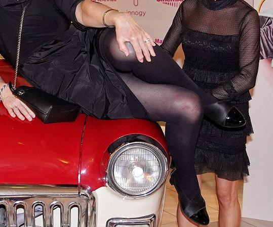 Eliška Balzerová je pořád značně ohebná a ukázala pružné nožky.
