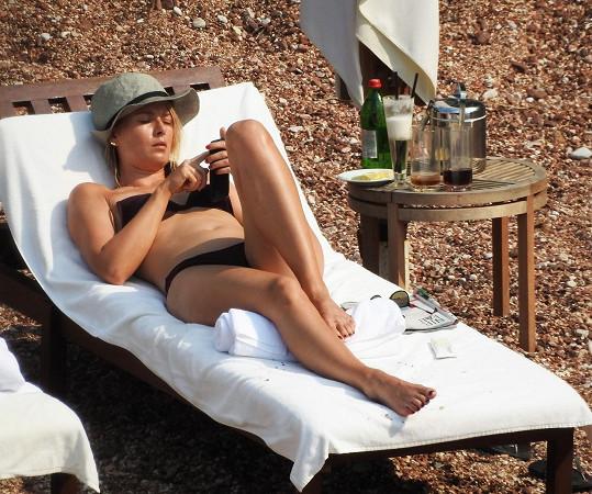 Maria má luxusní figuru.