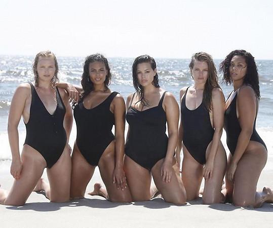 Ashley Graham (uprostřed) a její kamarádky musely být v černých plavkách nepřehlédnutelné.