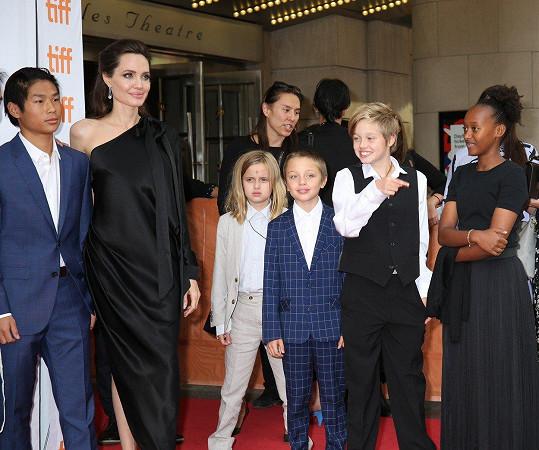 Angelina Jolie vzala rodinku na filmový festival v Torontu, kde představovala svůj film.