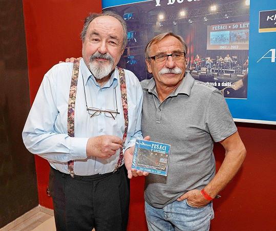 Na křtu alba Fešáků se setkal s přáteli. Mezi hosty byl i Pavel Zedníček.