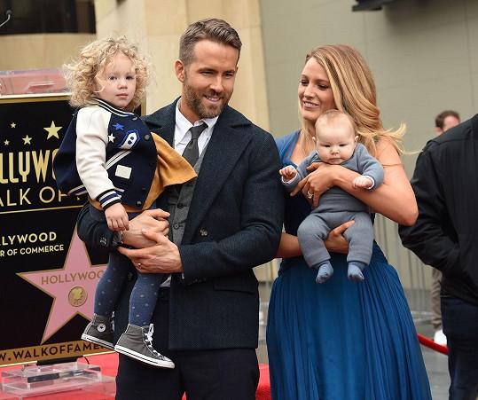 Ryan a Blake se pochlubili dcerkami.
