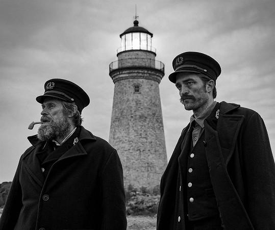 Onanovat musel i v novém filmu The Lighthouse. Na snímku s Willemem Dafoem (vlevo)