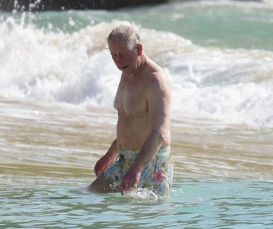 Charles šel do plavek.