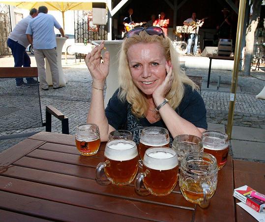 Hana Krampolová byla obklopena pivem.