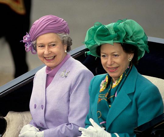 Margaret, hraběnka ze Snowdonu se sestrou, královnou Alžbětou II. (vlevo)