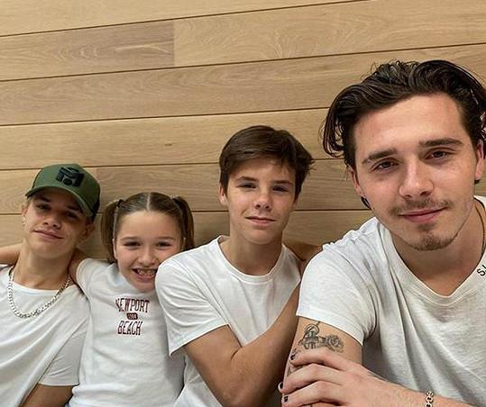 Všechny ratolesti Beckhamových pohromadě, zleva: Romeo, Harper, Cruz a Brooklyn
