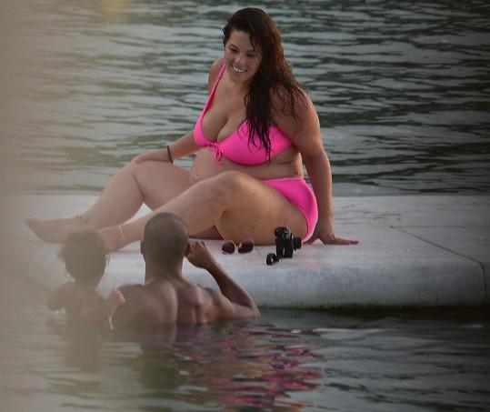 Ashley Graham má stále dobrou náladu. S manželem a synem relaxuje u moře.