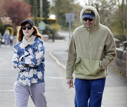 Phoebe Dynevor a Pete Davidson tvoří nový hvězdný pár.