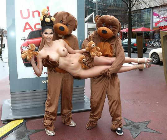 Micaela dováděla s medvědy.