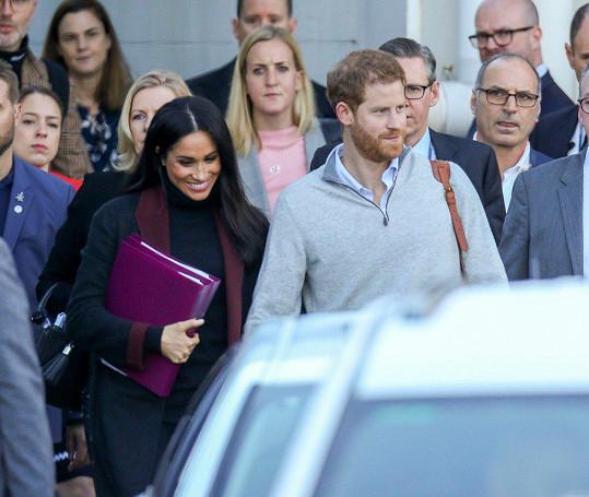Těhotenství Meghan bylo oznámeno během cesty do Sydney. Na letišti vystoupila s bříškem skrytým za deskami.